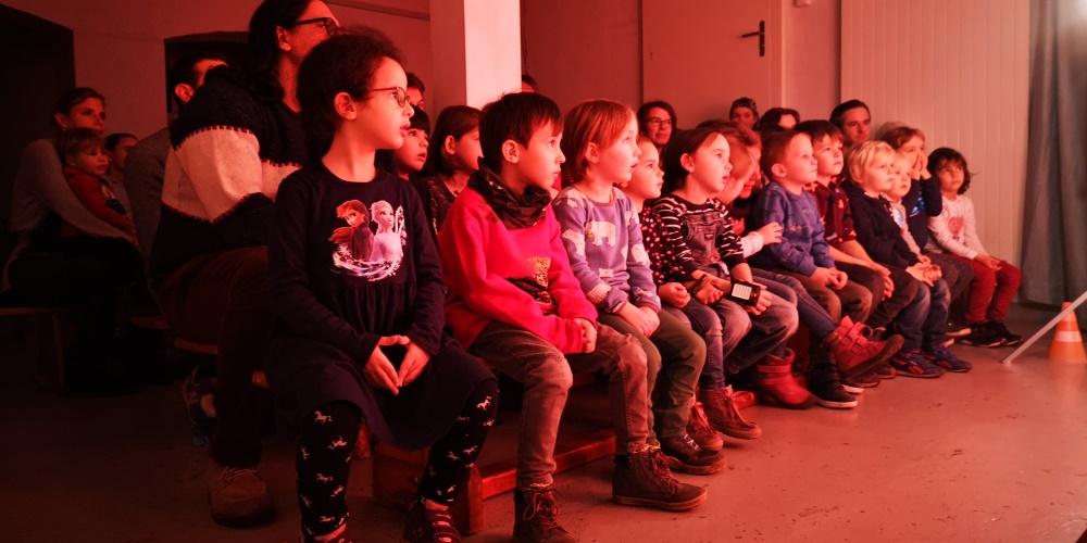 Kinder beim Chasperli