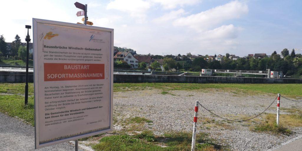Tafel auf der Windischer Seite der Brücke mit Informationen zu den Sofortmassnahmen zur Sanierung des Reusssteges