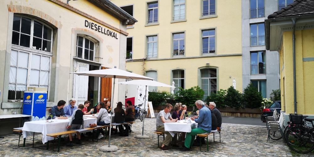Tische mit Gästen vor dem Diesel-Café